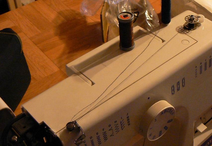 Comment faire une canette sur une machine a coudre - Comment mettre une canette dans une machine a coudre singer ...